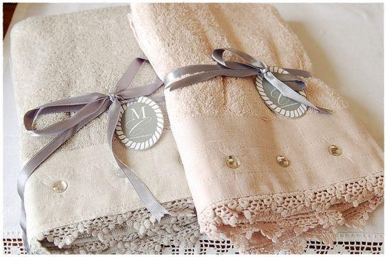 Badhanddoek Deluxe Diamond Linnen Prachtige badhanddoek ( 50 x 100) kleur: Linnen (neigt naar olijfgroen) Afgewerkt met kant en glas-diamantjes, een prachtige aanwinst voor je badkamer! Ook leuk om cadeau te geven, de handdoek wordt geleverd met lint én cadeaukaartje (zie foto) 16,95