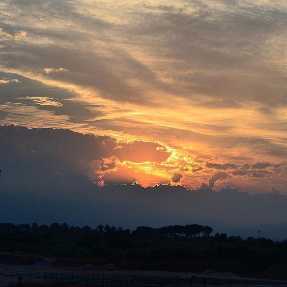 Posta de sol a Salou #postadesol #catalunya_fosca #naturaleza_catalunya #natura #nature #sol #sun #núvols #clouds #igers_salou #igerscostadaurada #encostadauradaturs by salauris