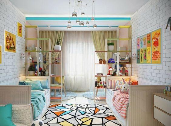 aménagement de chambre deux enfants - literie en turquoise et rose, tapis à motifs géométriques moderne et étagères de séparation en bois