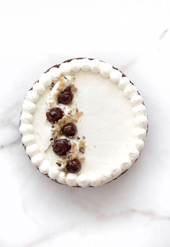 chocolate and pecan tart with vanilla cream//