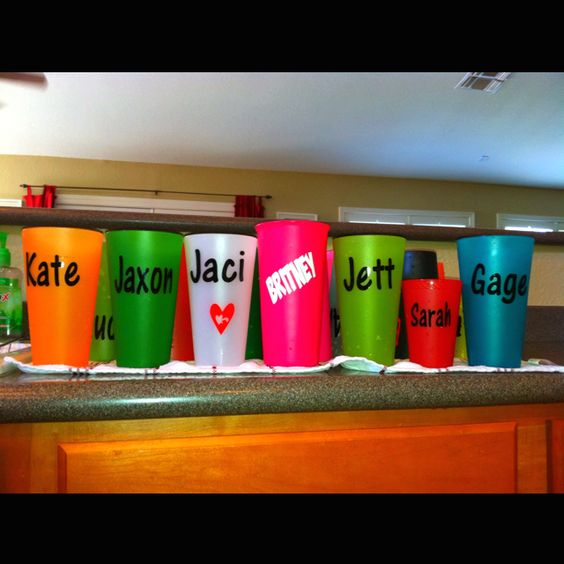 My brilliant sister-in-law came up with this fun idea for our family get-togethers...vinyl lettering on colored cups. So cute and so very smart! After each gathering, the person who is in charge of the next one at their house takes the cups home with them. Love this!!