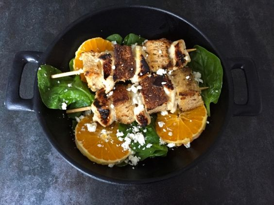 Gesundes schmeckt nicht? Denkste! Unsere kunterbunten Fitfood-Salate beweisen das Gegenteil. Neben jeder Menge Mineralstoffe, Vitamine und Eiweiss liefern sie bei wenig Kalorien ganz viele leckere Geschmacksnoten. Die einfachen Blitzgerichte wussten bei unseren Testessen selbst Salat-Muffel zu begeistern.