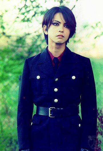 黒いコートを着た黒髪ボブヘアーのL'Arc〜en〜Ciel・hydeの画像