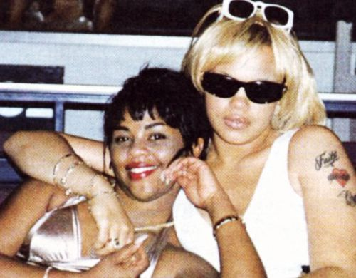 Lil Kim & Faith Evans how the hell they take this pic? Kim look good don't she