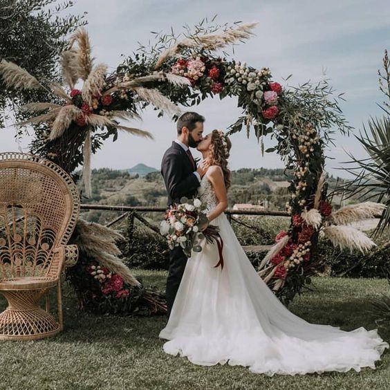 """Blog Casamento NOIVA DE EVASÊ on Instagram: """"Inspiração? Muito amor por um altar em círculo, colorido e com capim dos pampas! Atualíssimo e lindo!!! Vai agora pra pastinha!!! .…"""""""