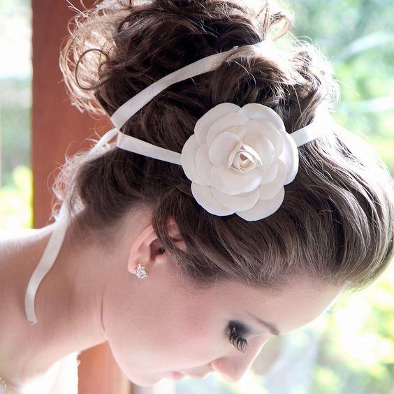 A tiara dupla com flor fica linda em penteados de noiva como: coque grego, coques laterais, coques baixos, cabelos meio-presos e tranças.  Foto: Taciana Valadares www.mercedesalzueta.com.br