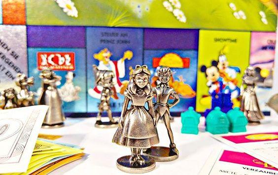 Zeit einmal wieder ein Spielbrett aufzuklappen. Für uns wird es heute die Disney Version von Monopoly sein. Ich werde als Alice, auf die Jagd nach dem 'Verzauberten Schloss' und 'Aladdins fliegendem Teppich' von 'Los' aus starten. Mal sehen, wie viele Straßen, Hütten und Schlösser ich bald mein eigen nennen darf.  Doch ich befürchte, das Peter Pan, Pinoccio und Schneewittchen mir auf den Fersen folgen werden. #Monopoly #Spiel #Game
