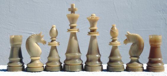 Staunton - Figuren wurden in Deutschland offenbar relativ früh auf Schachkongressen, in Schachcafés und im Vereinsleben verwendet. Im Turnierbuch von Köln 1898 (2) sehen wir auf einem...
