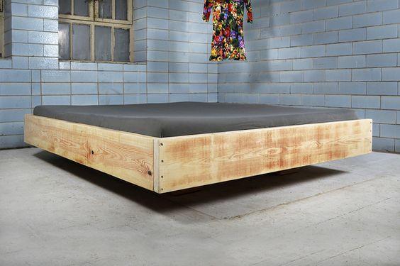 In feinster und liebevoller Handarbeit gefertigtes, rustikales Bett. Passt ausgezeichnet zum Landhaus-Shabby-Ambiente und sorgt für das gewisse Etwas - der Blickfang schlechthin in dein...