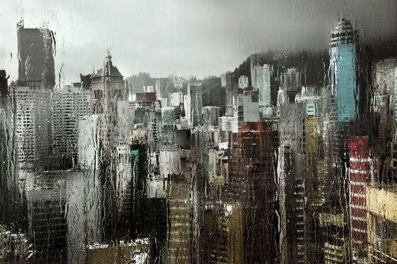 «Huile 1», Hong Kong, 2009. «J'aime beaucoup cette photo. Elle illustre bien l'alchimie entre la pluie et le décor. Je devais monter sur mon lit pour la faire. A un moment donné, il y a eu un tout petit rayon de soleil, c'est cela qui a permis de donner ce relief.»