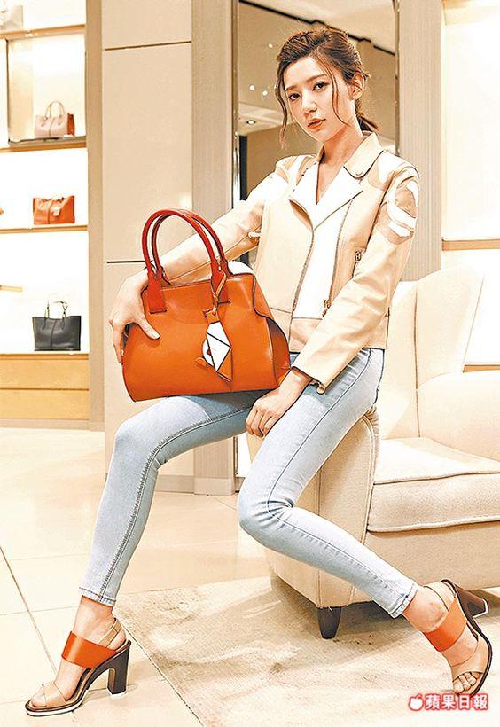 郭雪芙穿著TOD'S Biker皮夾克31萬4600元、Cape摺耳包5萬5900元、拼色高跟涼鞋2萬6900元。