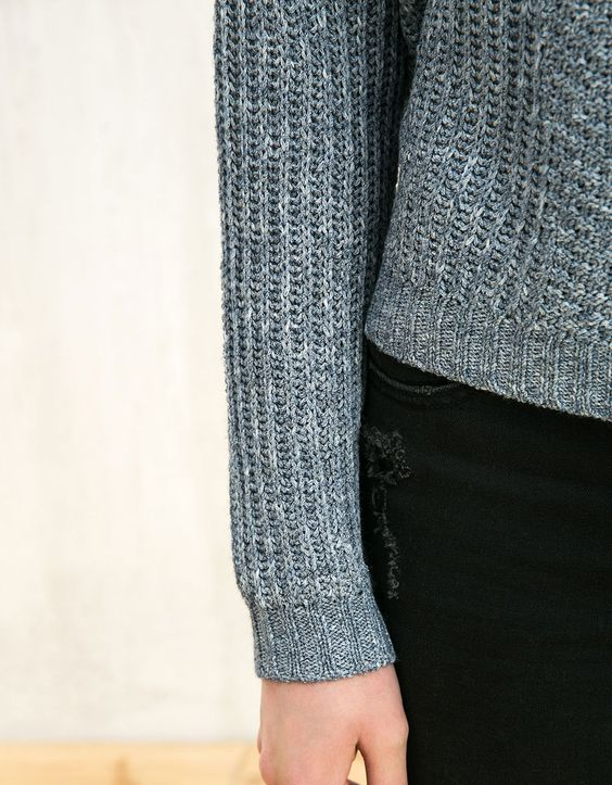 BSK Pullover mit Lochstrickdetails Fransen am Ärmel. Entdecken Sie diese und viele andere Kleidungsstücke in Bershka unter neue Produkte jede Woche