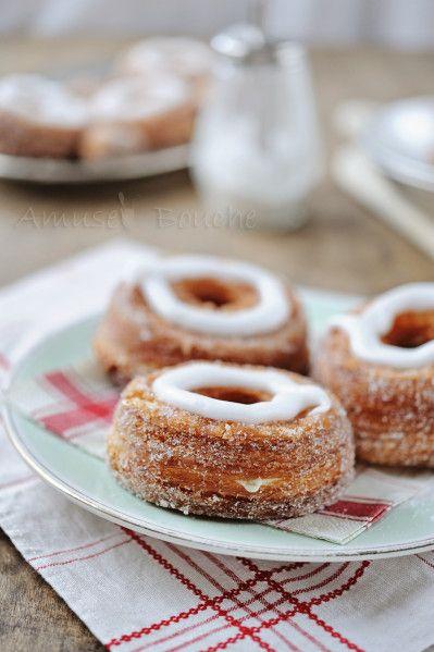 Voici la dernière fureur aux Etats Unis, un croisement entre le croissant bien français et l'équivalant américain, le donut. C'est une idée du chef pâtissier français Dominique Ansel. Cet anneau cuit dans la friture, roulé dans le sucre, fourré à la crème...