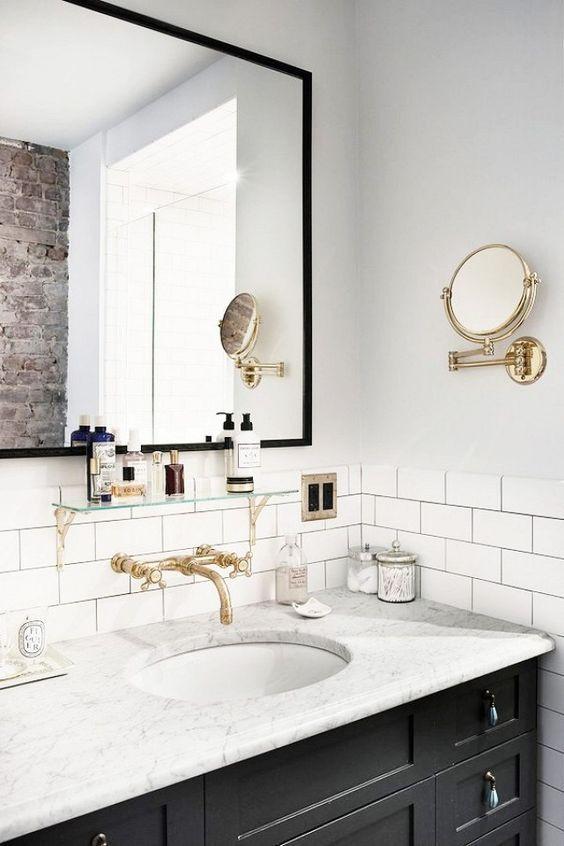 Då vi är rätt tråkiga i Sverige med att pyssla om våra badrum och dekorera denna plats i hemmet tänkte jag börja veckan med lite glammig inspiration. Så här mina vänner, här kommer några vackra badrum