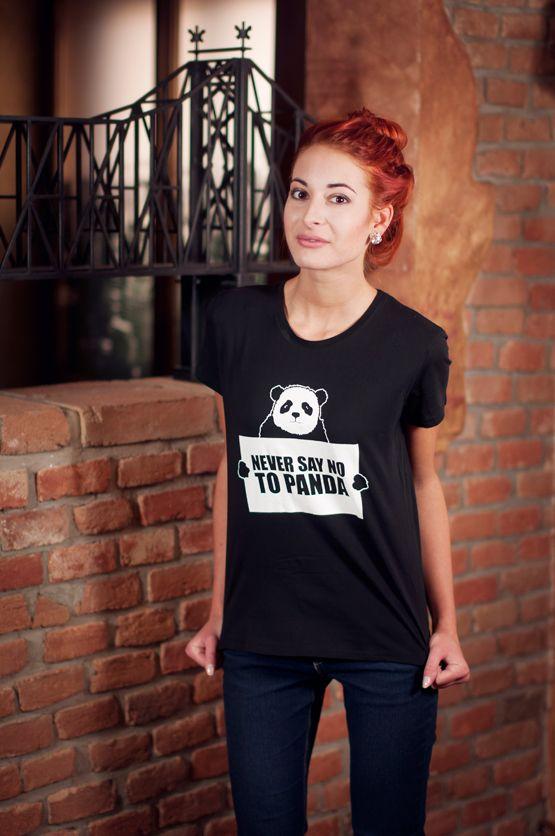 """T-shirt Never Say NO to Panda De vrouwelijke versie van de klassieker is een nauwsluitend model met verkorte mouwtjes en heeft een opdruk met de tekst: """"Never Say NO to Panda"""". Blikdicht met aangenaam hoge stofdichtheid en een eersteklas verwerking."""
