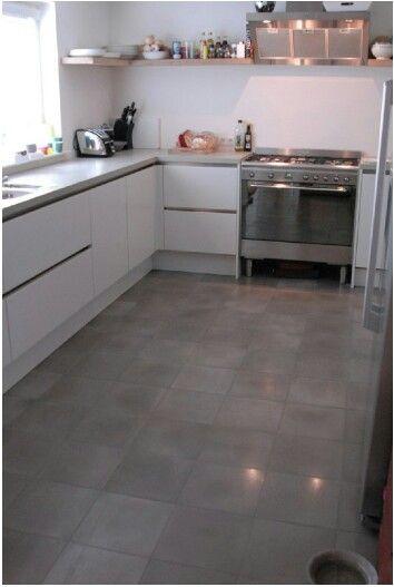 Licht grijze vloer met witte keuken