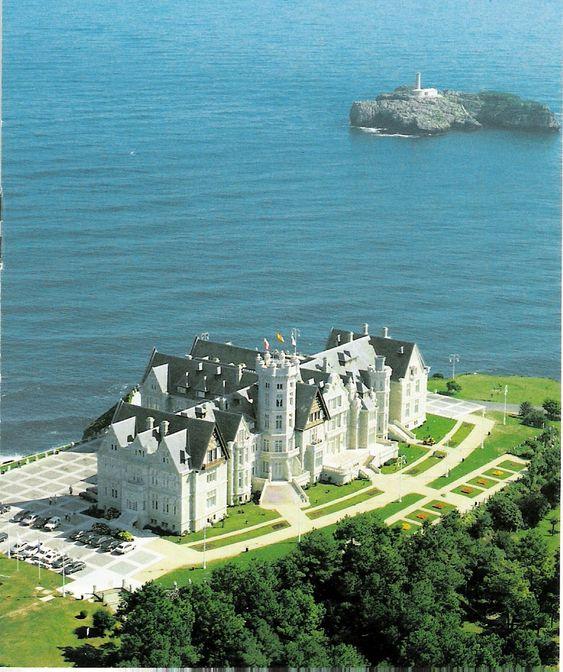 El Palacio de la Magdalena es un palacio de principios del siglo 20 se encuentra en la Península de la Magdalena de la ciudad de Santander, Cantabria, España. www.desconecta-tviajes.com