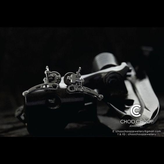 """Super record front derailleur earring in sterling silver black rhodium plated CCE0007SB. ต่างหูสับจาน(เกียร์)ซุปเปอร์เร็คคอต ผลิตจากเงินแท้…"""