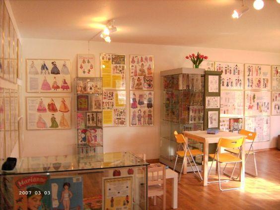 Собственные выставки. Последняя выставка путешествие по всему миру с Дресс-куклы бумаги был вступительный выставка для моей маленькой музея Бумажная кукла в Bad Malente.
