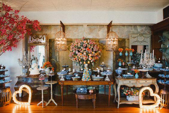 Decoração colorida em tons pasteis para um casamento rústico chic. Torre de macarons, gaiolas, objetos de decoração vintages e painéis luminosos ajudam a criar o clima.