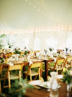 Auch ein großer Pavillon kann zur schönen Hochzeits-Location werden. Durch tolle Tischdekoration lässt sich eine schöne Atmosphäre zaubern.