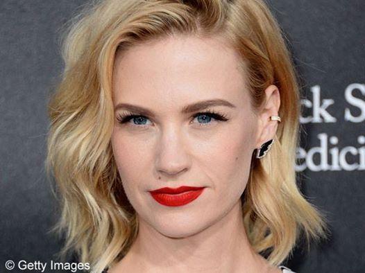 So kennen wir die schöne Mad-Men-Darstellerin January Jones. Auf einem Foto, das die Schauspielerin ungeschminkt zeigt, hätten wir sie aber NIEMALS ERKANNT! Seht selbst:  http://www.shape.de/beauty/pflege-und-make-up/a-60023/january-jones-mit-eidechse-im-gesicht.html