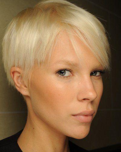 Topmodel Britt Maren macht vor, wie wandlungsfähig Kurzhaarfrisuren sein können, hier brav mit Seitenscheitel.