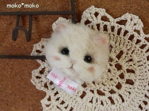 羊毛フェルトで三毛猫ちゃんのマグネットを作りました。体はアイスのコーンカップのようになっています^^。※サイズ 約5cm※重さ 約35g程度まで可能です。|ハンドメイド、手作り、手仕事品の通販・販売・購入ならCreema。
