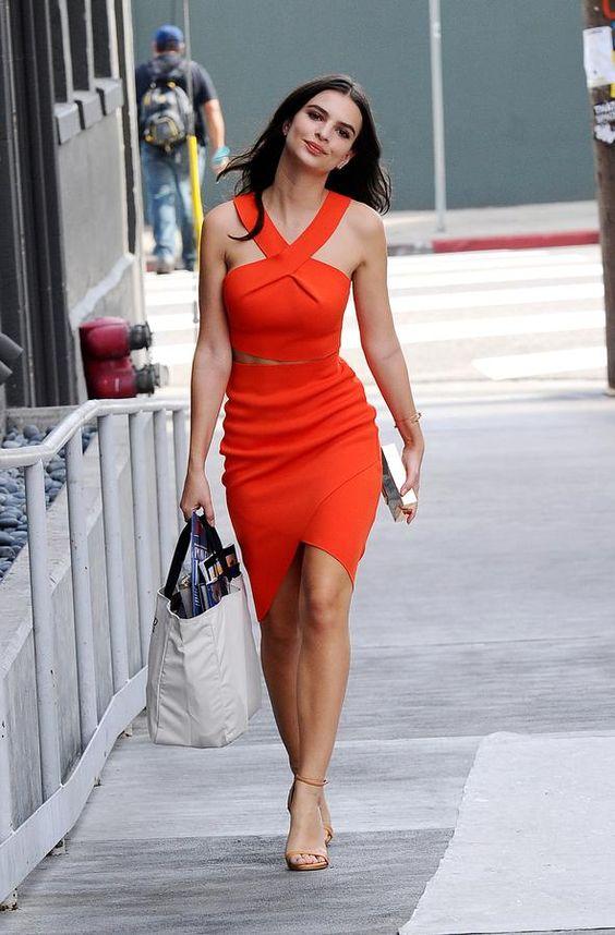 Emily Ratajkowski en robe orange sexy courte