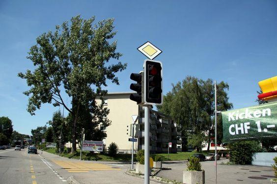 Kreuzung und Tankstelle an der Glattalstrasse