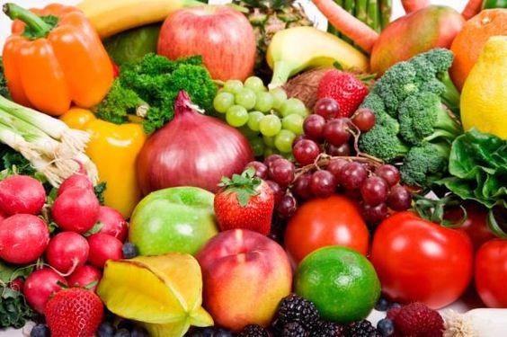 Fresh People, sebaiknya jangan mencuci sayuran atau buah sebelum dimasukkan dalam lemari es, karena akan membuat bakteri tumbuh lebih cepat, sehingga sayur dan buah cepat busuk. Tapi untuk beberapa jenis sayuran hijau, seperti bayam, selada, sawi, dan kangkung dianjurkan untuk mencucinya terlebih dahulu agar tetap segar. #HeroTips: