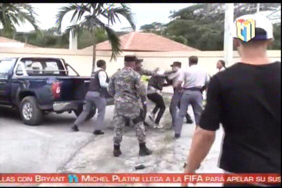 Captado En Vídeo: Pareja Se Enfrentan A Varios Policías A Golpes Frente Al Palacio De Justicia #Video