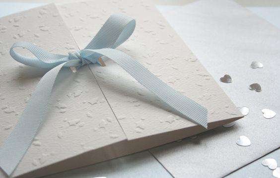 Os convidados podem ter uma noção de como será o casamento pelos convites de casamento. Inspiração, dicas e modelos para você passar uma boa impressão.