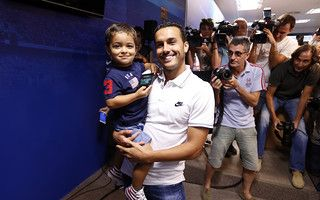 Pedro, con su hijo, en su despedida / MIGUEL RUIZ - FCB