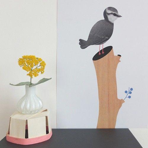 Deze prachtige illustratie is gemaakt door Audrey Jeanne.     Audrey Jeanne is een jonge Franse ontwerpster die illustraties combineert met kleine objecten. Haar unieke, minimalistische en retro-stijl is terug te vinden in al haar ontwerpen.     Tres bien!
