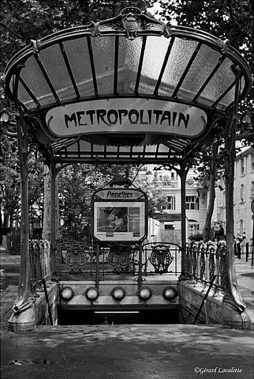 Art nouveau: Paris - 18ème arrondissement  L'édicule d'Hector Guimard de la place des Abbesses