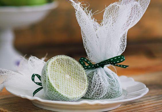 cobrir o limão (que será levado à mesa) com gaze para espremer sem os caroços: