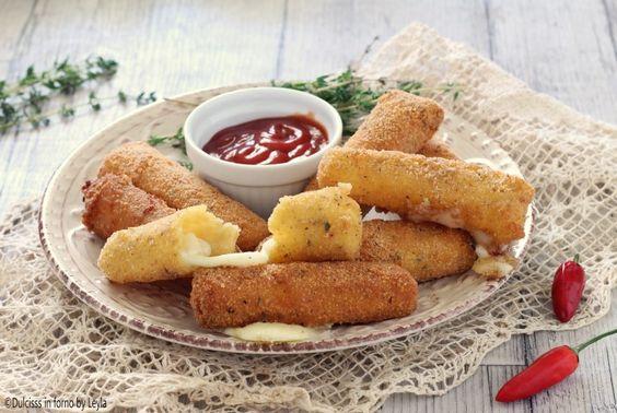 La ricetta per preparare i famosi Bastoncini di mozzarella impanati fritti, i Mozzarella Sticks fatti in casa. Una golosa ricetta americana da non perdere!