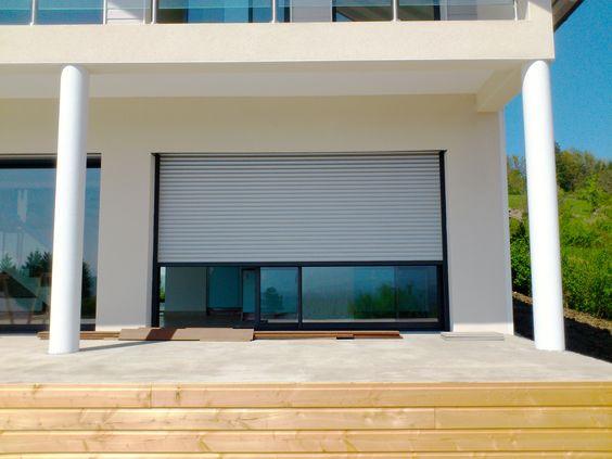 Baie vitrée coulissantes en aluminium gris anthracite. Chantier réalisé par Caséo Annecy (74)