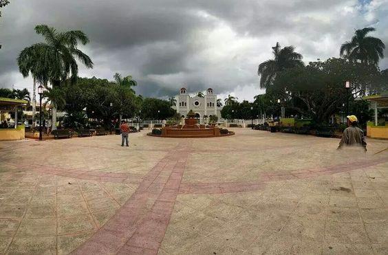 Plaza de Cidra y al fondo la Iglesia Católica de Cidra