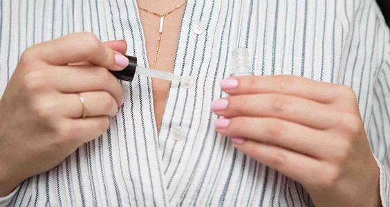 Appliquez un peu de vernis à ongles transparent sur un bouton qui se découd. En séchant, le vernis bloquera le fil pour un petit moment. Même pas besoin d'apprendre comment recoudre un bouton !