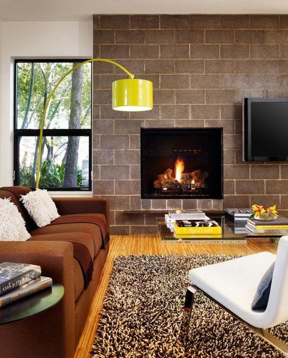 Einrichtungsideen Wohnzimmer Braunes Sofa Beiger Teppich Gelbe Lampe Kamin