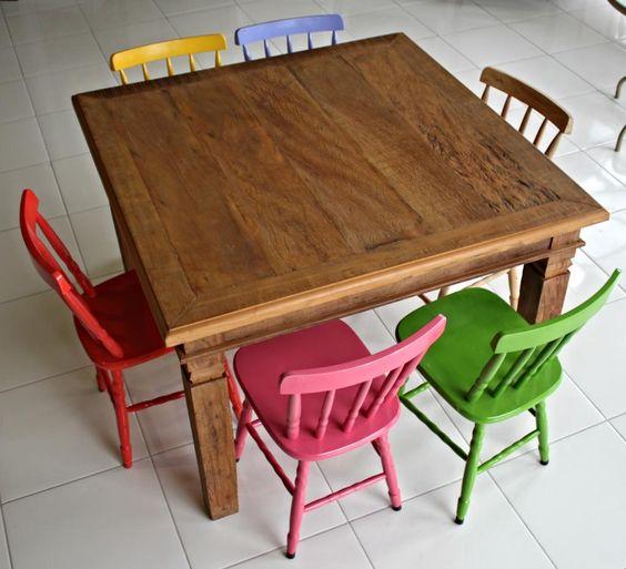 Resultado de imagem para mesa madeira com cadeiras coloridas