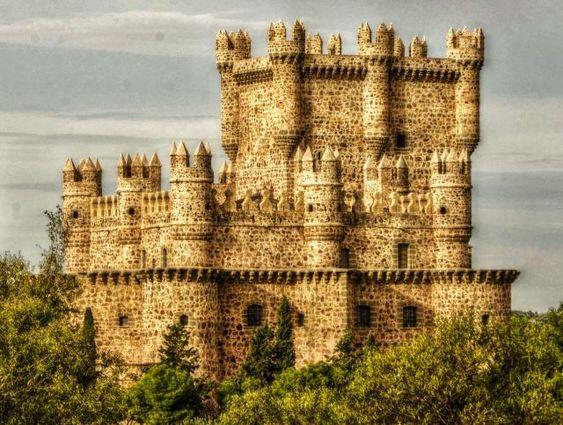 CASTLES OF SPAIN - El castillo de Guadamur, Toledo, se construyó en varias fases, la primera de ellas hacia 1470 y la segunda hacia 1520. Fue construido por órdenes del Conde de Fuensalida, para afianzar la protección de la zona, múltiples veces asediada de 1446 a 1521, el lugar sufrió en varias ocasiones incendios y saqueos. El castillo, así como el condado, fueron posesión de la familia Ayala, agraciada con el condado de Fuensalida en 1470 por el Rey Enrique IV de Castilla.