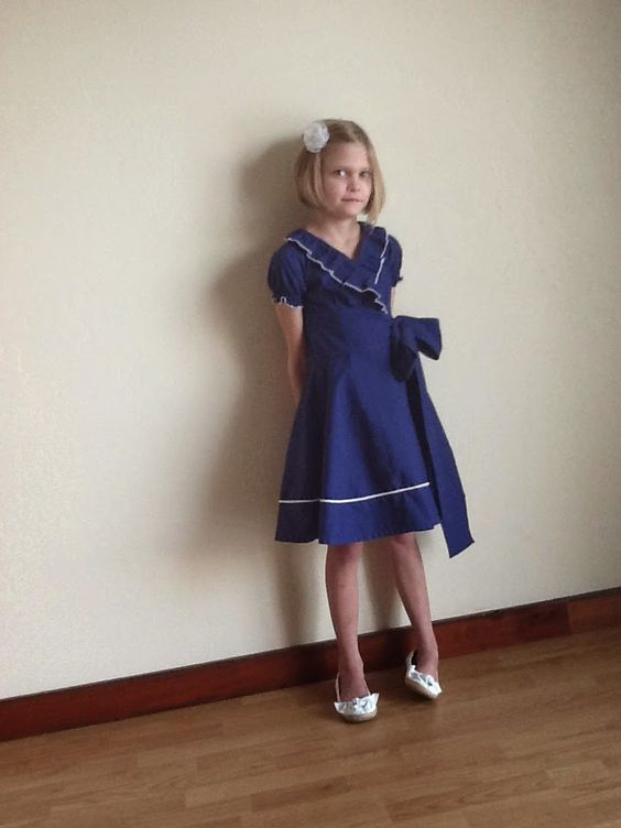 A simple wrap dress, with slightly puffed sleeves, a ruffle collar and a big bow on the side.