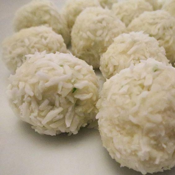 Det börjar bli standard på fredagar. Freebase i köket! Slänger upp receptet direkt för det här måste ni typ prova NU. Limeprottebollar: Mixa med mixerstav: 250g minikeso Rivet limeskal från 1 lime Saft från 1/2 lime 1 msk steviaströ 30g vaniljvassle 20g vaniljkasein 2 msk kokosnötsmjöl  Rulla i kokos och ÄT!