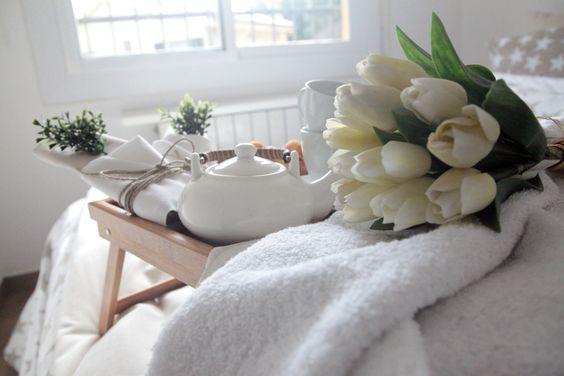 ¡Buenos días princesa! Desayuno en la cama. Cama romántica. Colcha de estrellas blancas con fondo beige. Good morning princess! Breakfast in bed. Romantic bed . Bedspread beige background with white stars .