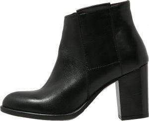 Deze elegante zwarte enkellaarsjes zijn oprecht voor elke gelegenheid geschikt. Heb je een feestje of moet je naar het werk? Doe ze aan! Koop ze snel op aldoor.nl en ontvang 30% korting!! #aldoor #sale #damesmode #damesschoenen #uitverkoop #opruiming #enkellaarsjes