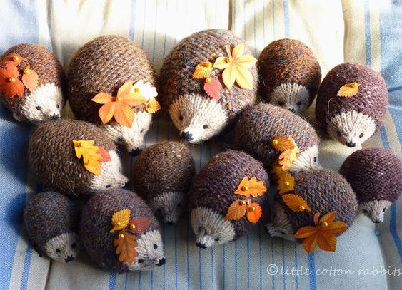 Tiny knitted hedgehogs! PLAIDS... COUSSINS ..... SACS ...