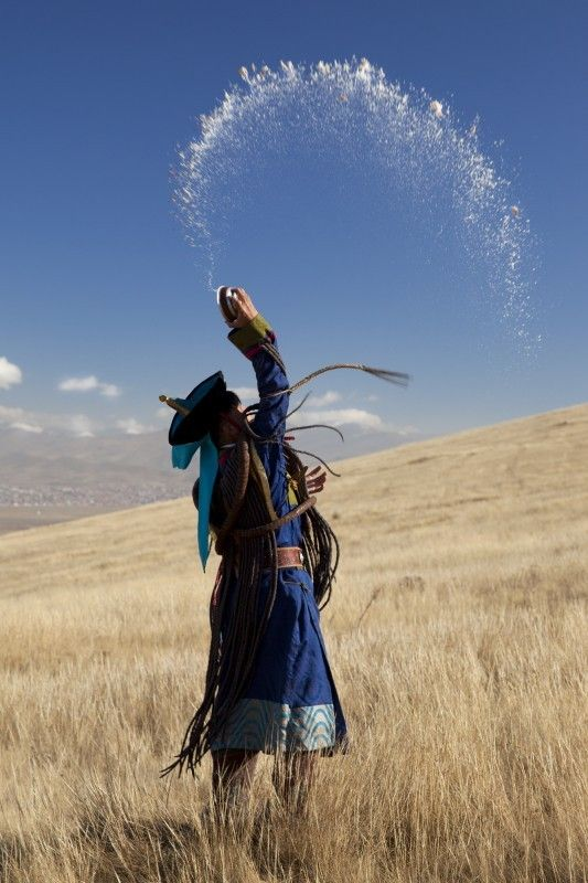 Centraal Mongolië, door: Feije R Mongoolse sjamaan brengt een offer aan de aarde. Het sjamanisme - de oorspronkelijke religie van Mongolie - is weer terug sinds het einde van de communistische periode, begin jaren '90.